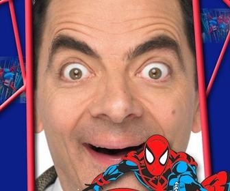 I bambini cornice con Spiderman rosso e blu in una ragnatela.