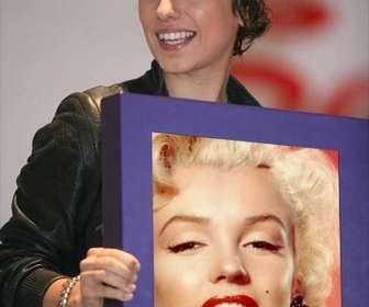 Ejemplo: Neste modelo, vemos Alizée, o famoso cantor francês, segurando uma caixa de onde sua foto aparece. Enviar a montagem de seus amigos e conhecidos, por email, como uma curiosidade.