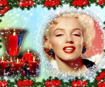Cartão de Natal onde você coloca uma foto em uma moldura redonda cercado por esferas brilhantes. A cor de fundo variam de azul claro para verde e a composição é Poinsettias borda revestidos, planta típica de Natal vermelho. Vemos também uma mesa central que consiste em um copo de ouro rodeada por quatro velas acesas encravados. Como uma lembrança de um dia especial de férias.