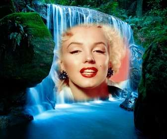 Fotomontagem em uma cachoeira na selva.