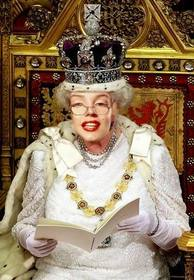 Ejemplo: En este fotomontaje serás la Reina de Inglaterra, sentada en su trono real ataviada con la corona.