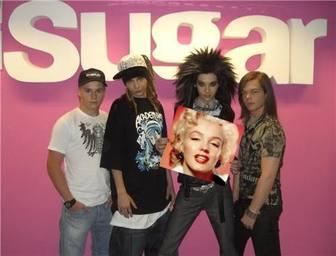 Ejemplo: Foto montagem para colocar a sua foto em um cartaz realizado pelo grupo Tokio Hotel como seu melhor fã.