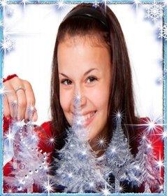 Fotorahmen mit Grenze der Schneeflocken und Weihnachtsbäumen mit Schnee. Setzen Sie