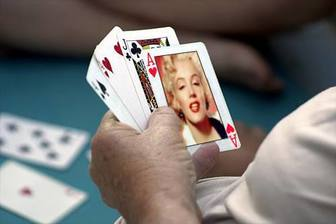 Ejemplo: Photomontage to put your photo on an ace of hearts in a poker game.
