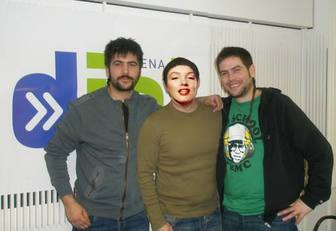 Ejemplo: Fotomontagem com Davi e José de Estopa. Aparece em uma foto posando ao lado de cantores famosos rumba Cornellá.