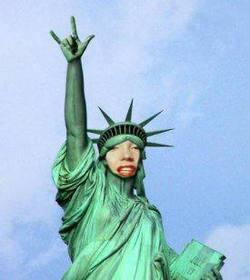 Ejemplo: Fotomontagem em que você terá de enfrentar esta estátua peculiar de liberdade tocha vez, levanta a mão fazendo chifres como qualquer roqueiro bom.
