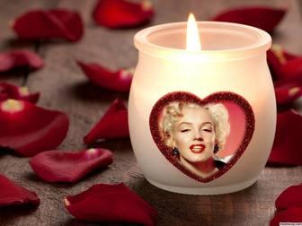 Fotoeffekt der Liebe mit einer Kerze und einem Herz.