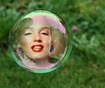 Photomontage avec une bulle de savon sur un fond dherbe verte où votre photo apparaîtra réfléchie à lintérieur de la bulle.