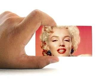 Ejemplo: Fotomontagem para colocar sua foto em um cartão de visita realizada por uma mão com fundo branco.