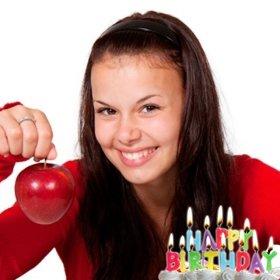 Postal de cumpleaños con velas iluminadas encima de una tarta