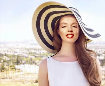 Fotomontagem para editar de Lana del Rey levanta no sol com um chapéu grande.