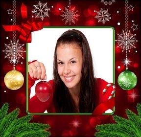Cadre photo pour Noël avec des décorations rouges, des flocons de neige dor et des boules de Noël.