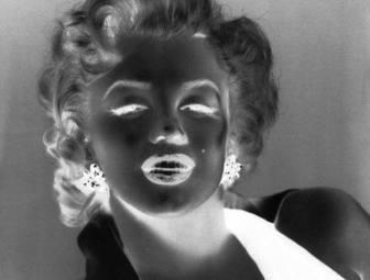 Ejemplo: Este efecto fotográfico primeramente pasa tu imagen a escala de grises antes de invertir colores, haciendo efecto de negativo en blanco y negro.