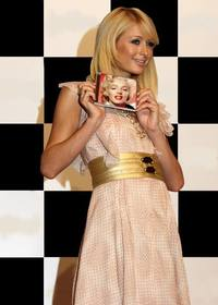 Ejemplo: Photomontage of Paris Hilton in the background and you will appear on the title page of a CD she is showing.