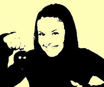 Efecto para fotos en el que tu foto se transformará en un cuadro de Warhol el artista Pop Art. Fondo color amarillo claro.