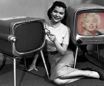 Ejemplo: Fotomontaje en el que saldrás en dos Tv antiguas, con una joven recostada entre ellas, que se dedica a sintonizarlas. Composición en blanco y negro.