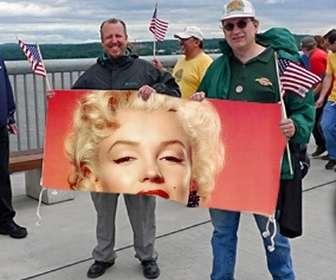 Ejemplo: Fotomontaje para poner tu foto en la pancarta que están sujetando unos fans de los Estados unidos.
