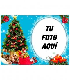 Tu foto en un marco circular, al lado de un árbol de navidad lleno de regalos, y detrás de tres velas dibujadas. Fondo azul con efectos de brillo.