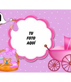 Marco para fotos color rosa ideal para enmarcar bebés. Aparecen complementos de recién nacido y a la cigüeña volando con su fardo en el pico.
