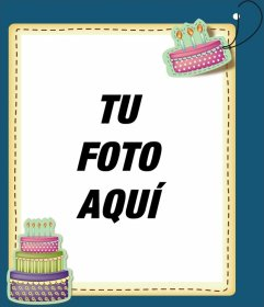 Marco de cumpleaños decorado con dos tartas con velas