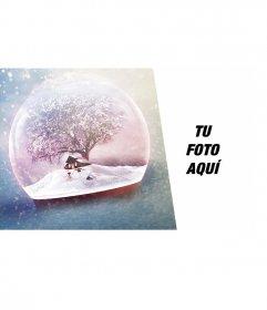 Postal de navidad con una bola de cristal con nieve