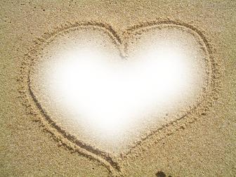 Collage en un marco de corazón dibujado en la arena