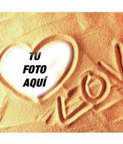 Pon la foto de tu amado en un corazón dibujado en la arena de la playa y escrito al lado LOVE