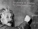 Fotomontaje de la pizarra de Einstein en el que científico que escribe en una pizarra el texto que tú elijas.