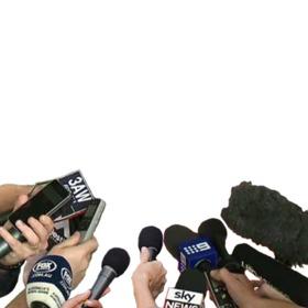 Fotomontaje de micrófonos de entrevista de televisión con tu foto