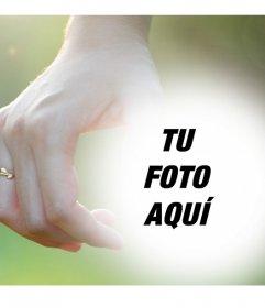 Fotomontaje editable con una pareja tomada de la mano con anillos