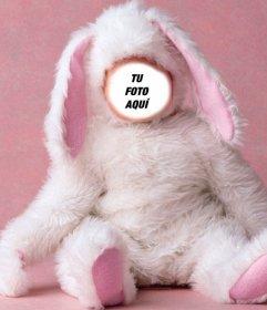 Fotomontaje de bebé disfrazado de conejito.