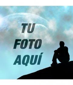 Crea un fotomontaje con un entorno de fantasía en la que se ve un cielo azul con dos planetas y la silueta de un hombre sentado mirando al cielo donde se colocará tu fotografía