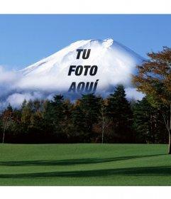 Fotomontaje con un paisaje japonés con la montaña Fuji de fondo donde aparecerá desvanecida la imagen que subas online