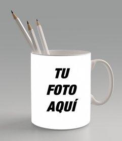 Crea un fotomontaje subiendo una foto online y poniéndola sobre una taza con lapiceros dentro