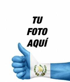 Mano con la bandera de Guatemala pintada donde puedes añadir tu foto