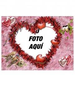 Marco para una fotografía, en forma de corazón. Fondo rosa con pájaros y brillantes imitando corazones. Para enamorados