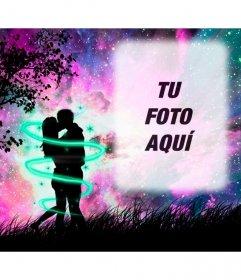 Marco de fotos de amor con una silueta de dos amantes besándose en el bosque con el cielo estrellado violeta