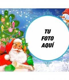 Marco de fotos con Santa Claus cargado de regalos en un saco.