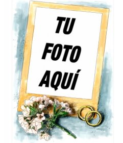 Marco para fotos de boda. Acompañan al marco de oro un sencillo ramo de flores rosa y los dos anillos de oro y fondo azul.