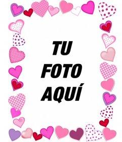 Marco para fotos formado por un recuadro de corazones de diferentes tamaños, formas y estampados, todos ellos en colores rosa.