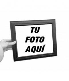 Curioso fotomontaje en el que tu foto aparecerá como fondo en blanco y negro y dentro del marco de cuadro que sostiene una mano a color.