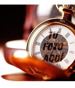 Foto montaje con un reloj de bolsillo dorado