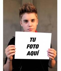 Fotomontaje con Justin Bieber con el pelo corto hacia arriba sujetando tu fotografía