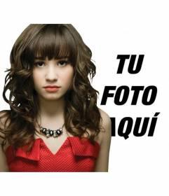 Fotomontaje en el que puedes aparecer en una foto con Demi Lovato vestida de rojo.