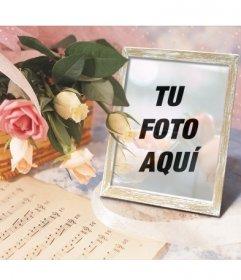 Marco para fotos online en el que puedes poner tu imagen en un portaretratos junto a una cesta con rosas y una partitura de música.