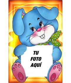 Tu fotografía sujeta por un dibujo adorable de un conejo azul con un pañuelo verde. Guarda o envía la imagen gratuitamente