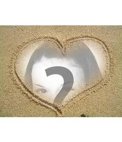 Fotoefecto fácil de editar y gratis gracias a esta página. Consiste en un collage de una fotografía en un marco de un corazón dibujado en la arena.