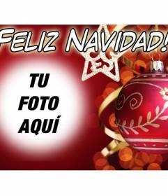 Tarjeta de navidad para poner tu foto de fondo con texto de Feliz Navidad y fondo rojo con una bola de adorno.