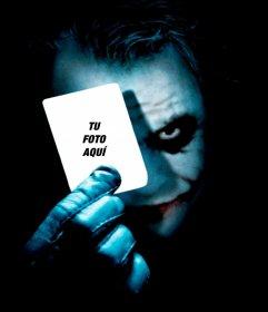 Pon tu foto en una carta que sujeta el Joker de Batman.