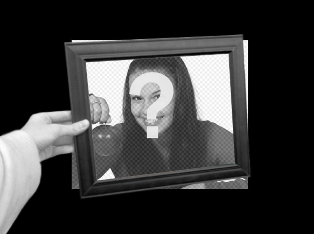Curioso fotomontaje en el que tu foto aparecerá como fondo en blanco y negro y dentro del marco de cuadro que sostiene una mano a color